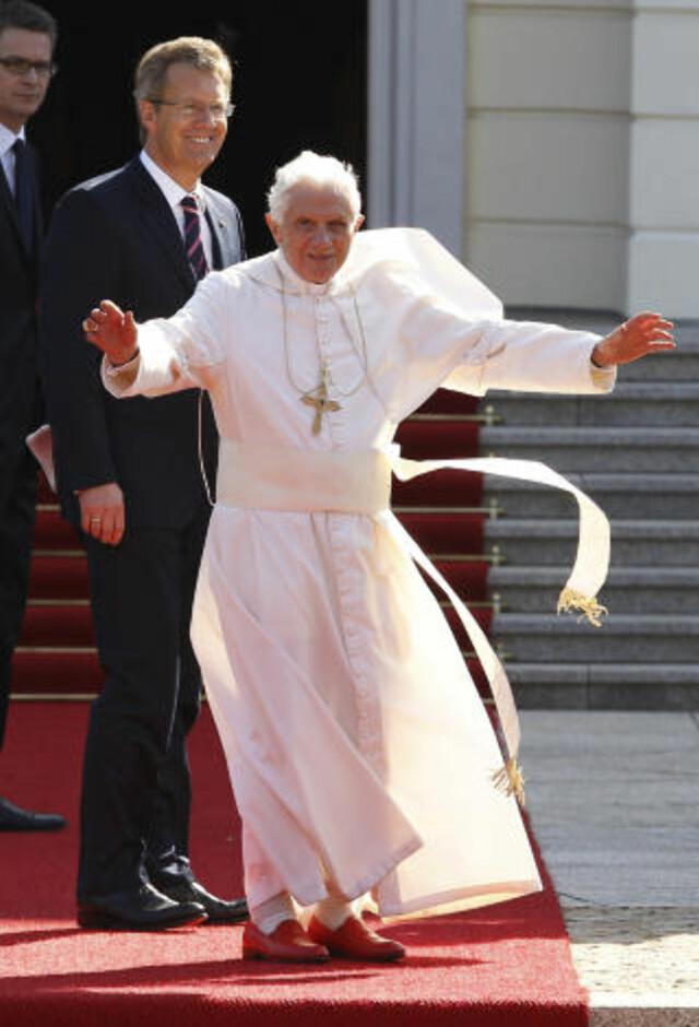 6b5d20e685d7 Den tidligere pave Benedict XVI vinker til sine tilhengere