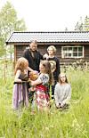 HELE FAMILIEN: Christoforos bak med eldstedatteren Emma Sophia. Naomi og mamma Hildegunn og Sunniva Luna. Foto: Eva Kylland