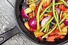 """STEK GRØNNSAKER I OLIVENOLJE: Visste du at det er lurt å steke grønnsaker i olivenolje, da oljen """"innkapsler"""" næringsstoffene.  Foto: Shutterstock / Ari N"""