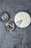 GLUTENFRI GULROTKAKE: Fyll gjerne ostekremen i en sprøytepose med roseformet tut, og sprøyt den ut i små rosetopper. FOTO: Winnie Methmann