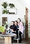 GJENBRUK: I nærheten av Kalundborg i et naturskjønt område ligger Carina Troelsen og hennes families hus. Familien har innredet hjemmet med gamle møbler og gjenbruk. FOTO: Tia Borgsmidt